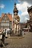 """В центре площади - десятиметровая статуя Роланда, рыцаря, воспетого в """"Песни о Роланде"""".Он считается символом свободы Бремена. Орёл на щите означает, что ..."""