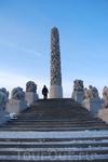 Поднимаясь к пику горы в парке скульптур Вигеланда, по дороге встречаешь множество близких друг другу людей, сделанных из цельного камня. Холодно и завораживает.