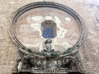 """Считается, что этот фасад сохранился от самого первого, готического храма. И это глухое окно, похожее на гигантское """"око"""" является еще одним из украшений ..."""