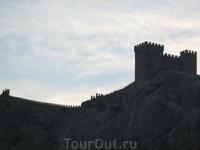 Генуэзская крепость. Как тень на закатном небе.