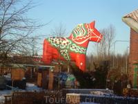 Даликарлийская лошадка. Это оказывается символ Швеции!!! Мы были удивлены!! Это самая большая.