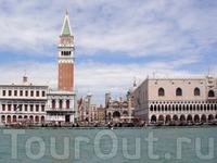 обычный транспорт в Венеции - водное такси, вот на нём и добираемся из порта к центральной площади...