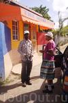 Ямайское такси не терпит одиночества, и в течение пути любое свободное место тут же заменятся новым попутчиком. А мест в стандартной легковушке, чтоб вы ...