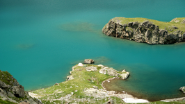Если не знать что это ледниковое озеро,которое находится на высоте 2500м,то можно представить что это побережье средиземного моря