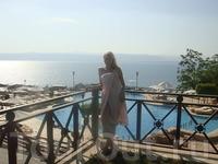 на фоне Мёртвого моря