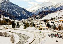 Такимпредстаёт перед  путешественниками Санкт-Антон при подъезде со стороны Мюнхена и Иннсбрука. Население этой деревушки составляет 2838 человек Санкт-Антон расположен на железной дороге, соединяющей