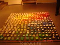 """инсталляция называется """"берег моря"""" в мыльницах -настоящие камешки с пляжа"""