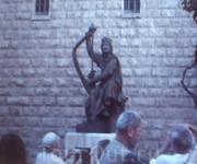 Перед входом расположена скульптура царя Давида, играющего на арфе и исполняющего свои псалмы.