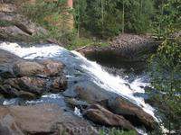 По дороге обратно в Сортавалу, в нескольких километрах от Рускеалы по правую руку,  находится водопад Рююмякоски высотой 7-9 метров на заброшенной финской ...
