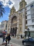 Собор Сент-Винсента де Поль находится на главной улице столицы - авеню Хабиба Бургибы.