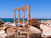 Незабываемая синева неба, сливающаяся с бирюзой моря у развалин храма Артемиды в Сиде.