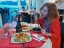 Мама ест черные спагетти с чернилами каракатицы, а сын переживает