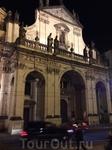 Это костел Святого Сальватора  (Наисветлейшего Спасителя) напротив входа на Карлов мост. Начал строться в 1587 году. Строился почти 100 лет. Прототипом храма послужила церковь Иль-Джезу в Риме – собор