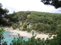 А вот и укрытые холмами пляжи, к которым ведут лишь узкие дорожки, но тем не менее даже в мае здесь уже были любители поплавать