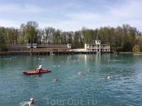Вот и купающиеся))) На самом деле в озере лучше не заниматься активным плаванием - очень большая нагрузка на сердце. Поэтому везде в городе продаются такие ...