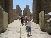 У входа в Карнакский храм