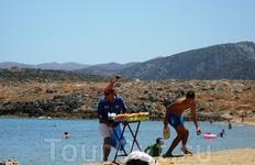 этот чудак торговал сдобой на пляже в Малии и ежедневно менял головные уборы:)