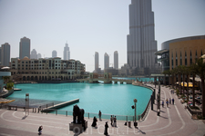 бассейн составляет единую архитектурную группу с моллом и башней, начиная с 22.00 каждые полчаса в бассейне бьет музыкальный фонтан, кажый раз под разную мелодию, и с разными фигурами, видела уже мног