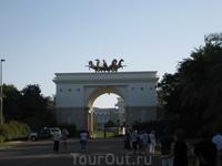 ворота во дворец Шейха ОАЭ и его второй жены