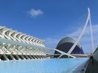 Справа - музей науки, по центру - показалась El Ágora - это крутое пространство предназначенное для проведения больших спортивных или музыкальных мероприятий ...