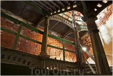 Чудом сохранившаяся чугунная ажурная лестница, ведущая на верхние ярусы  Военные покинули форт в 1983г.  Сейчас от форта сохранились одни стены