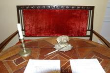 Настоящих подлинных экспонатов , личных вещей Ивана Андреевича –сохранилось немного. Например, его чернильница в виде головы собачки.