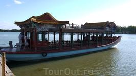 Летний императорский дворец Ихэюань. На таких лодках нас катали по озеру