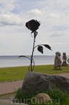 Бронзовая роза на набережной.