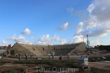 г.Кейсария. Хорошо сохранившийся римский театр отреставрирован и используется и в наше время.