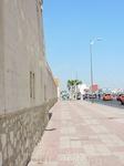 Рынок в Агадире обнесен высокой стеной и похож на неприступную крепость, за которой расположились улочки с лотками, лавками и самым разнообразными тов