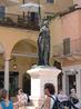 Пьяцца дей Синьори-площадь Сеньоров-еще один экономический и общественный полюс древней Вероны. В центре памятник Данте.