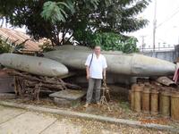 снаряды, оставшиеся после американских бомбардировок.
