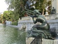 Ближе к воде разместились четыре сирены - произведения скульпторов Parera, Atché, Coll и Alsina.