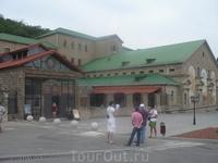 Основное здание, где проводят экскурсии. Ныне завод шампанских вин «Абрау-Дюрсо» — крупнейший в России производитель, выпускающий игристое вино как по ...