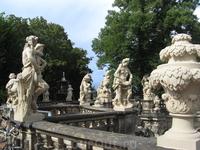 Это тоже Цвингер, вот такие красивые статуи были на крыше