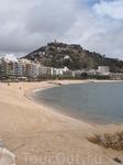 Вот так выглядит пляж, когда на нем еще не собираются сотни туристов. Кстати вдалеке на холме возвышается старинная башня, предыдущие фотографии были сделаны ...