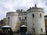 Входные ворота в Тауэр. Кто-то, войдя, уже  из них никогда не выходил. Тауэр в разное время был и дворцом, и крепостью, и тюрьмой, и арсеналом, и сокровищницей ...