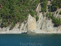 Знаменитая скала Парус.Удивительное творение природы.Хотелось рассмотреть вблизи, но из-за обвала проход с ребенком затруднен и рискован.По воде тоже побоялись ...