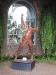 Скульптура в нише около дворца