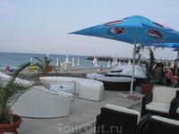 пляж и кафе около гостиницы Sunny Bay