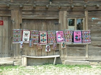 местные умелицы ткут ковры