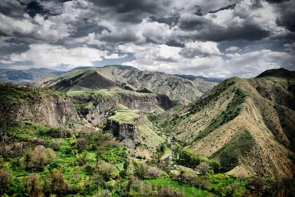 Потрясающий вид на горы, который открывается на площадке храма Горни