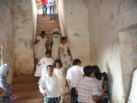 идийская семья, все в белом