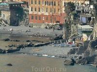 Камольи, часть пляжа. Это не обработка фотошопом, просто фото сделано от церкви Сан Николо, а это ооооочень далеко=). Плюс жаркий воздух... Вот такой ...