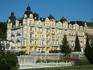 отель (рядом с колоннадой)