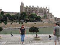 на фоне Кафедрального собора