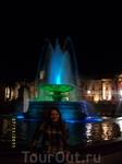 Вечером фонтан разноцветный