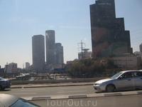Дорога из аэропорта в Нетанию. Кругом небоскребы.