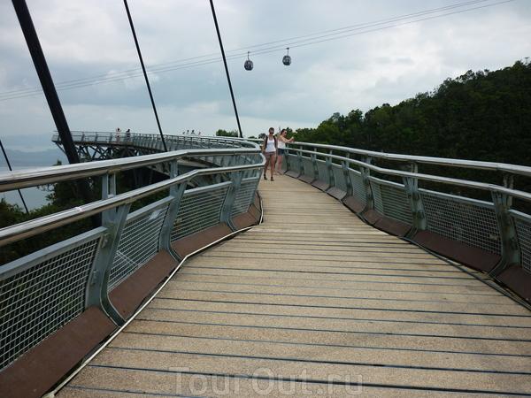 Небесный мост. Этот мост является одним из наиболее высоких одноопорных сооружений подобного рода. Расположен столь необычный мост в Малайзии и ведет к вершине древней горы, возраст которой составляет около 500 миллионов лет.Архитекторы, которые создавали ...