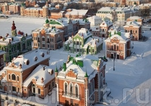 В компактно расположенных особняках, выполненных во фламандском стиле, находятся офисы обслуживания банков, кафе, магазины. На фасадах и крышах особняков ...